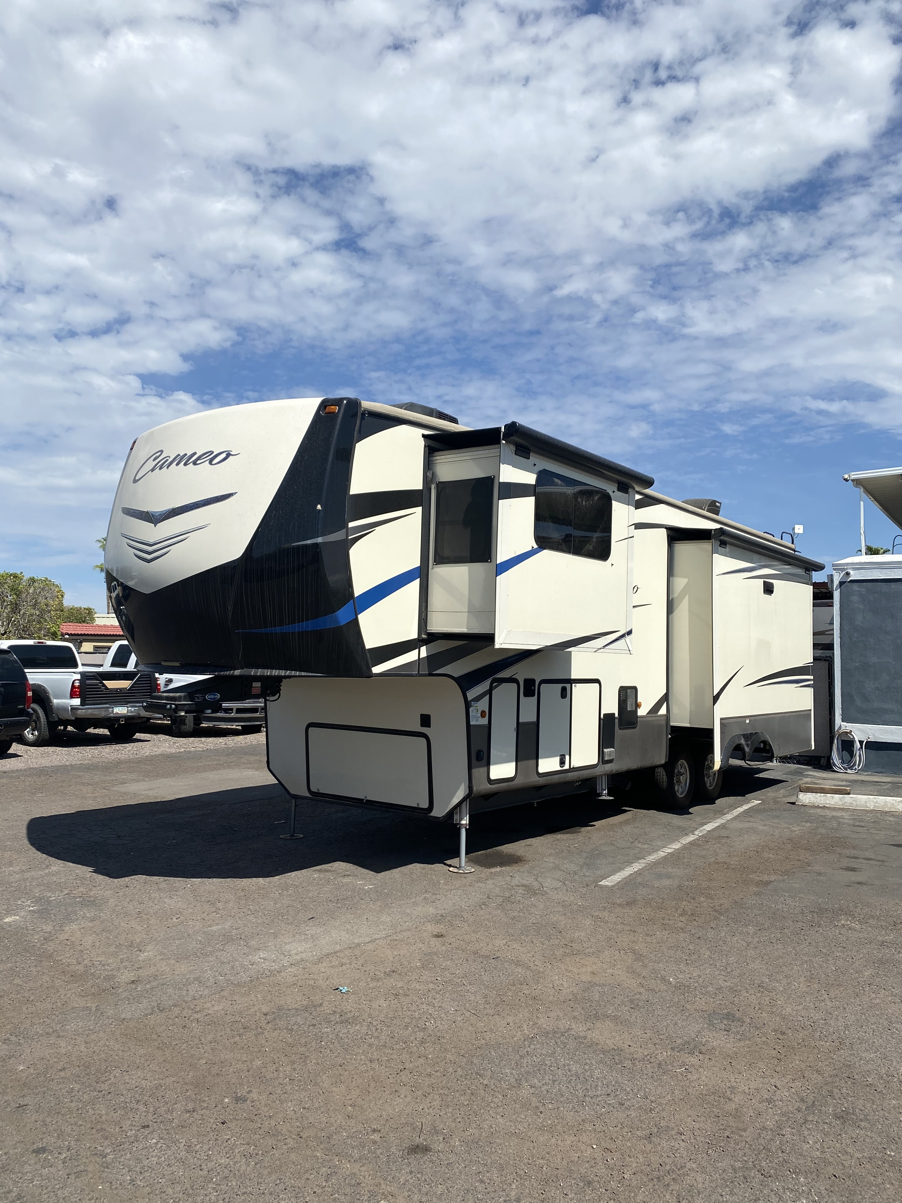Used, 2018, CrossRoads, Cameo 3301RL, Fifth Wheels